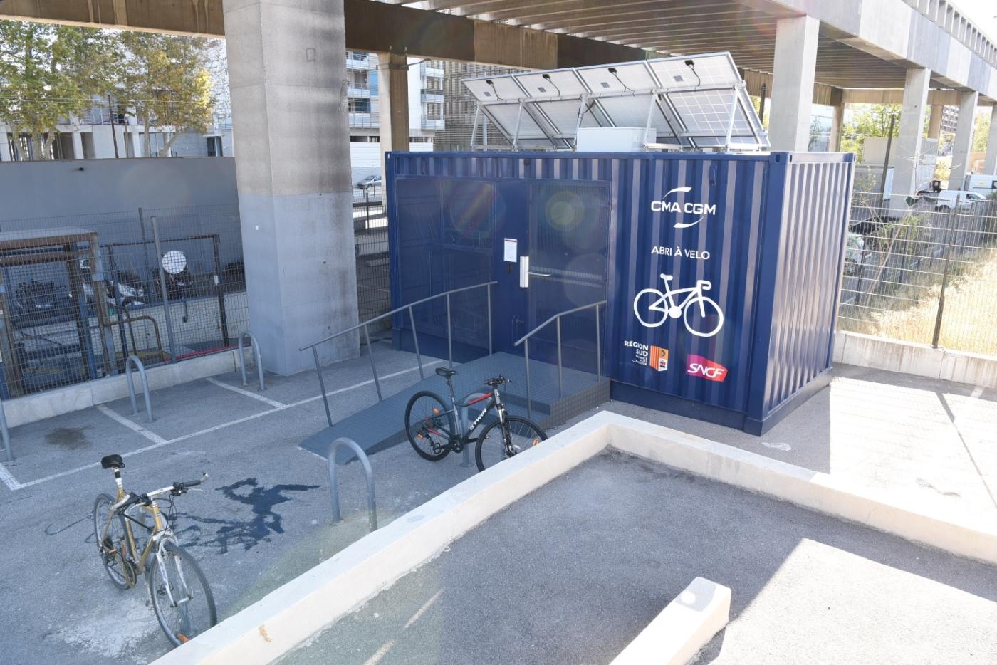 , Un conteneur  autonome en énergie, transformé en parking à vélos au pied de la tour CMA CGM, Made in Marseille